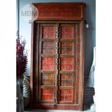 Puerta de madera roja