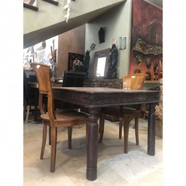Mesa de madera tallada