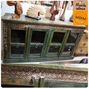 Mueble verde con puertas de cristal